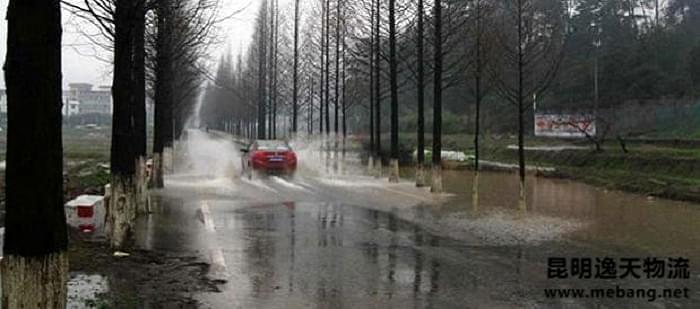 下雨天行车要多注意,安全常放第一