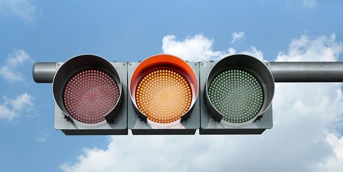 你知道为什么交通信号灯是红黄绿,而不是其他颜色吗?